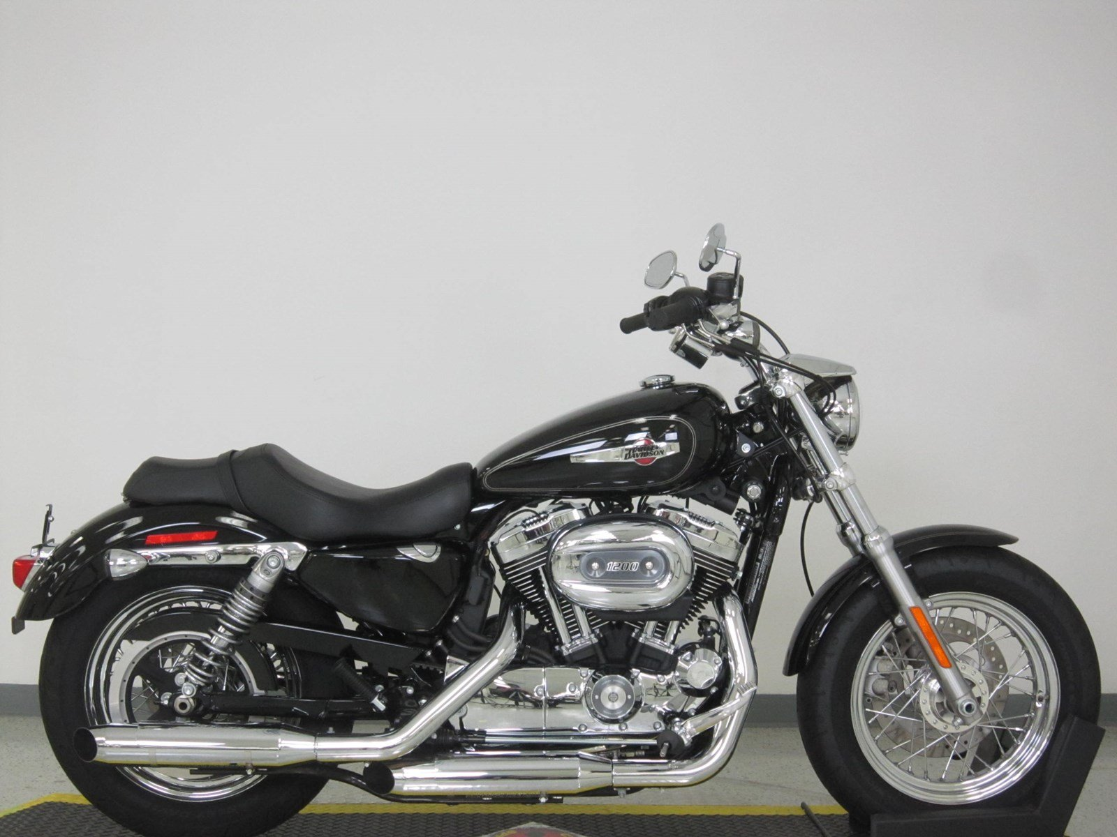 pre owned 2017 harley davidson sportster 1200 custom xl1200c sportster in n billerica u422783. Black Bedroom Furniture Sets. Home Design Ideas